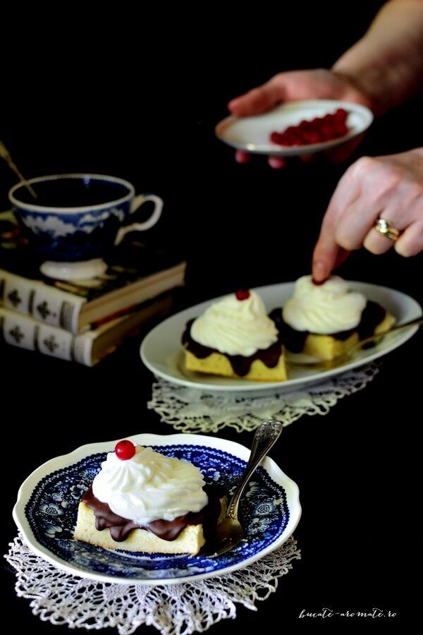 Prăjitură însiropată cu frişcă şi glazură de ciocolată