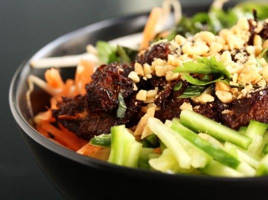 Vietnamesisk nudelsalat med grillet svinekød (Bun Thit Nuong) | foodfanatics opskrifter