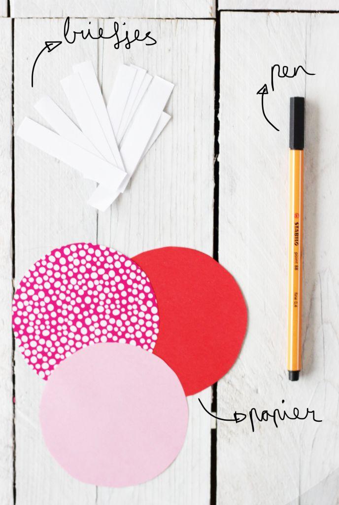 Komen die standaard cadeaus voor Valentijn ook je neus uit? Vandaag laat ik je zien hoe je eenvoudig van papier gelukskoekjes kunt maken. Leuk om weg te geven aan alle lieve mensen om je heen.