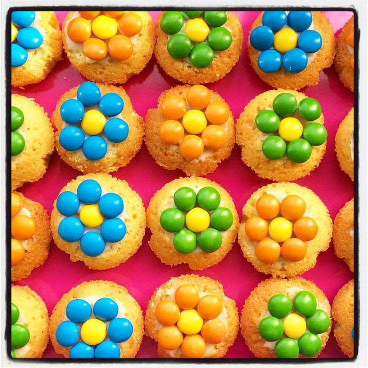 #zelfgemaakte #cupcakes #bloemen #smarties #lentefeest #kinderfeestje #bloemencupcakes'