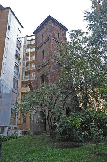Capanile prigioniero: unico resto del monastero della Santissima Trinità, già citato dallo storico Bonvesin de la Riva nel 1288. Il convento fu demolito completamente negli anni Sessanta. Sopravvive solo il campanile, all'interno del cortile di Via Giannone 9.