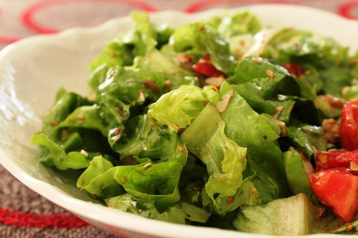 Πράσινη σαλάτα με ντομάτα, σουσάμι και καρύδια