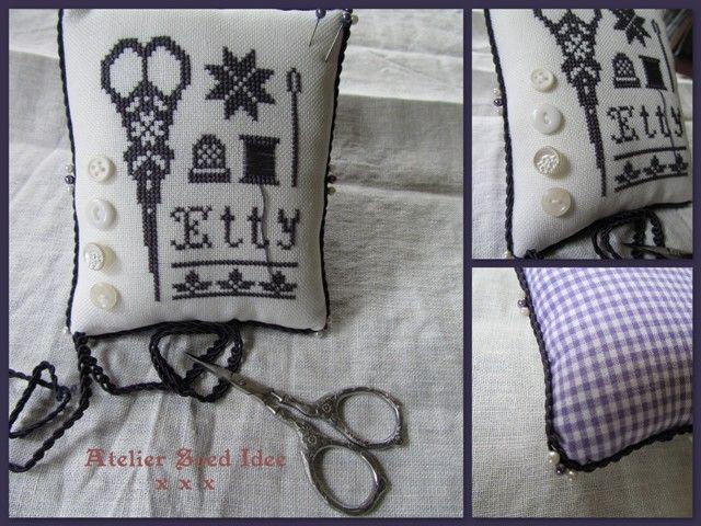 Ik heb afgelopen weekend een aantal borduurtjes afgewerkt. O.a. dit speldenkussen voor Etty in de kleur paars. Was nog wel een lastige kle...