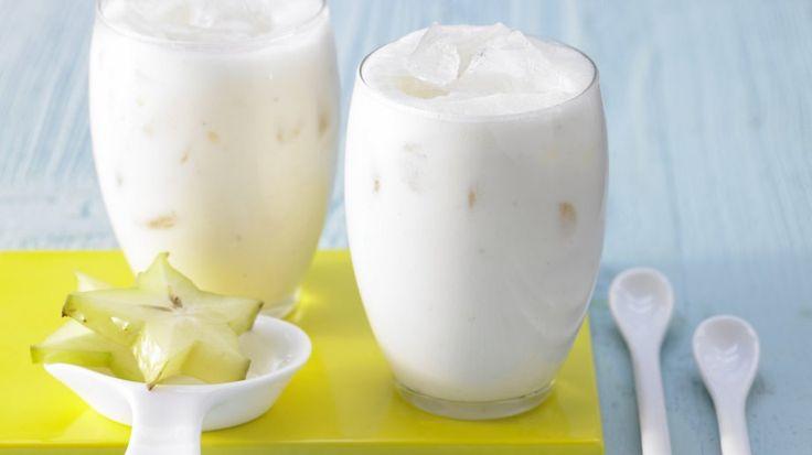 Erfrischender Drink mit exotischen Früchten und Joghurt: Weißer Tee-Smoothie mit Karambole und Cherimoya | http://eatsmarter.de/rezepte/weisser-tee-smoothie