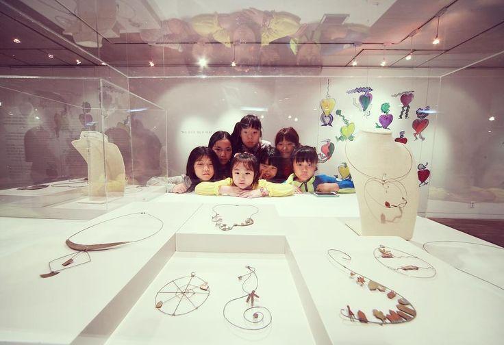 """#전시 #exhibition Children  Riccardo Dalisi 리카르도 달리시 - 모두를 위한 디자인 Riccardo Dalisi: Design for All 2015. 9. 30 - 10. 30 수원시미술전시관 Suwon Art Center 4월에 서울 시민청에서 개최되었던 <단순함의 미학: 리카르도 달리시의 지속 가능한 예술> 전시가 #수원미술전시관 에서 새로이 <리카르도 달리시 - 모두를 위한 디자인>이라는 제목으로 9월30일 부터 10월30일까지 개최됩니다. 숨을 쉬고 맥박이 뛰고 움직이는 지속 가능한 #리카르도달리시 의 작품들을 수원미술전시관에서 만나보세요! """"The Beauty of Simplicity: Sustainable Jewelry by Riccardo Dalisi"""" exhibition that was held at the Seoul Citizens Hall of the Seoul Metropolitan Government this past…"""