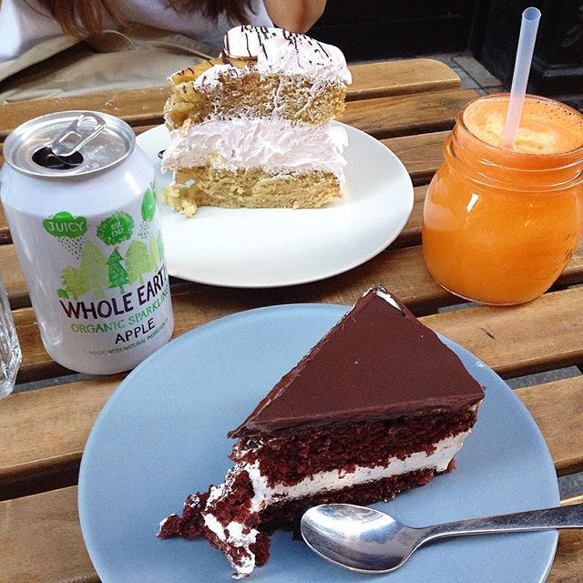 Vegan cake  at @bohemianlanebilbao and @laurel9229 . Could it get any better?  The photo  doesn't do it much justice, but the cake at the back was humungous!  Later on we had a vegan  hotdog  at Hot Dog's House and we were even offered vegan mayo. Greatly surprised. It must be the world  really is changing!  #tarta #tartavegana #cake #vegancake #vegan #vegansofig #veganism #veganlife #vegansofinstagram #veganlifestyle #vegano #veganshare #veganliving #veganismo #vegansofspain #veganosespaña…