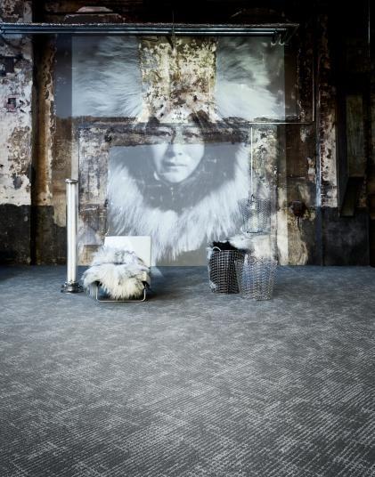 Šedý zátěžový koberec do bytů i kanceláří. / Gray contract carpet for the homes and offices.