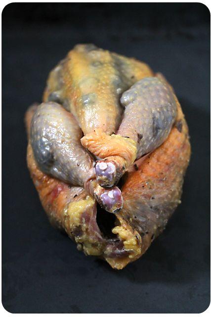Frisches Perlhuhn mit Salzbutter und Trüffel unter der Haut, bridiert und fertig für den Ofen | Arthurs Tochter Kocht von Astrid Paul