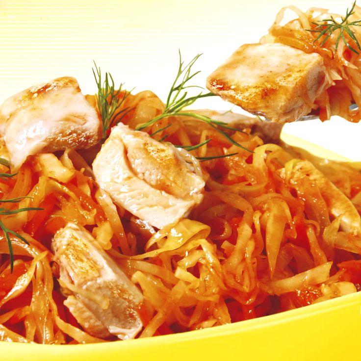 Утка тушеная с капустой в мультиварке очень легко готовиться. Мясо утки получается мягким и сочным. Отличное решение для праздничного стола.