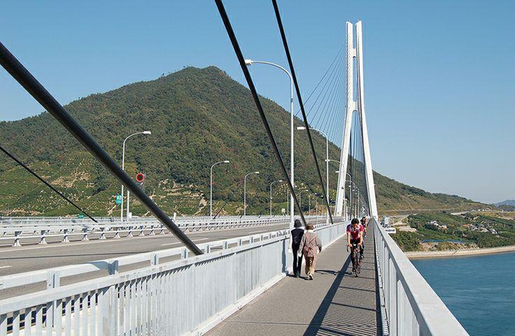 【広島県 しまなみ海道】広島県尾道市と愛媛県今治市を結ぶ「しまなみ海道」は全長約60kmの自動車専用道路。橋の部分に自転車歩行車道が併設され、歩いたり自転車で渡ったりすることができます。自転車は尾道や各島のターミナルで借りることができます。 http://www.kankou.pref.hiroshima.jp/ken_hiroshima_kankou/spot/shimanami-cycling.html #Hiroshima_Japan #Setouchi