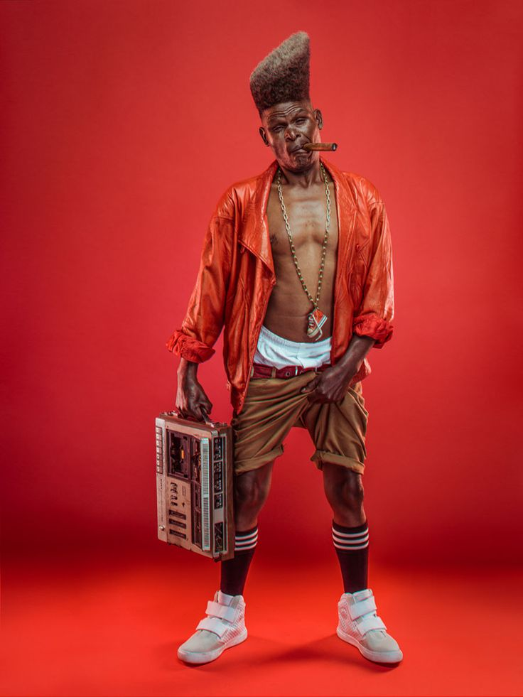 El fotógrafo keniata Osborne Macharia, le rindió un homenaje a cuatro hombres mayores que fueron iconos del Hip Hop en los años 80 en Nairobi.