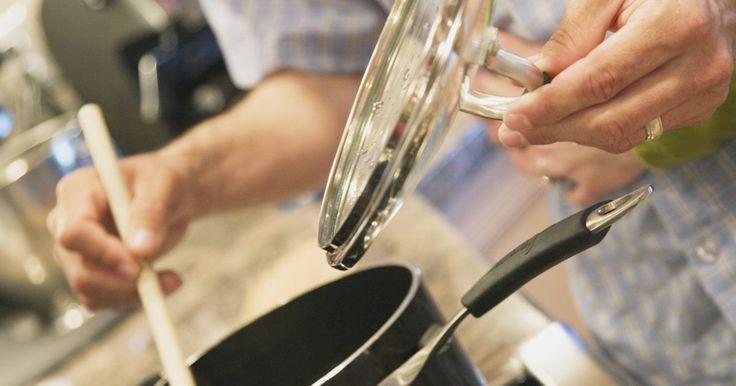 Como limpar a tampa de uma panela de arroz. Cozinhar arroz em uma panela elétrica de arroz lhe dá a confiança de que ele será feito da maneira correta todas as vezes. Mas você deve limpar a sua panela frequentemente para que ela esteja sempre sanitizada e pronta para o uso quando você precisar. Quando limpar a panela, também limpe a tampa para minimizar o mofo e outros problemas vinculados ...