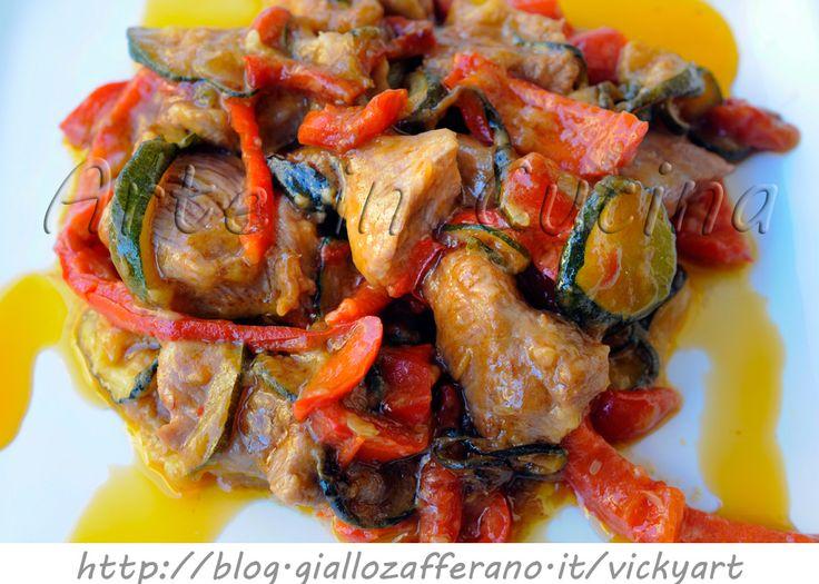 Tacchino con zucchine e peperoni in padella, secondo facile e veloce, bocconcini di tacchino in padella, verdure miste, idea veloce per pranzo, cena in poco tempo