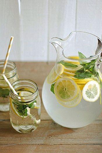 デトックスウォーターのひとつレモンウォーターが、飲むダイエットとして人気です。 アメリカのセレブ発のダイエット法として話題になっているんです。