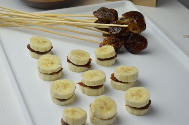 Montaditos de plátano y pasta de dátil bañados en chocolate casero. Se preparan en 10 minutos y necesitas muy pocos ingredientes. www.vekine.com  #salud #saludable #sanvalentín #sinazúcar #sinlactosa