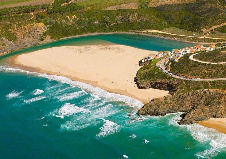 Praia de Odeceixe, desenvolve-se dos dois lados da ribeira de Seixe que faz fronteira com o Alentejo. Maravilhosa praia de Bandeira Azul, tem banhos de mar e de rio. Foto de autor desconhecido.