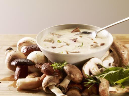 muscade, poivre, kub or, champignon de Paris, pomme, oignon, crème liquide, ail, persil, sel