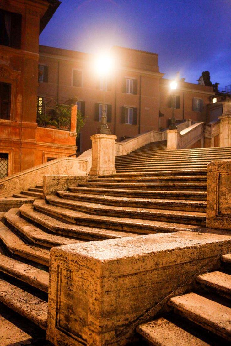 サイドからのスペイン階段もチェック!さざ波のような、エレガントな造り -スペイン広場