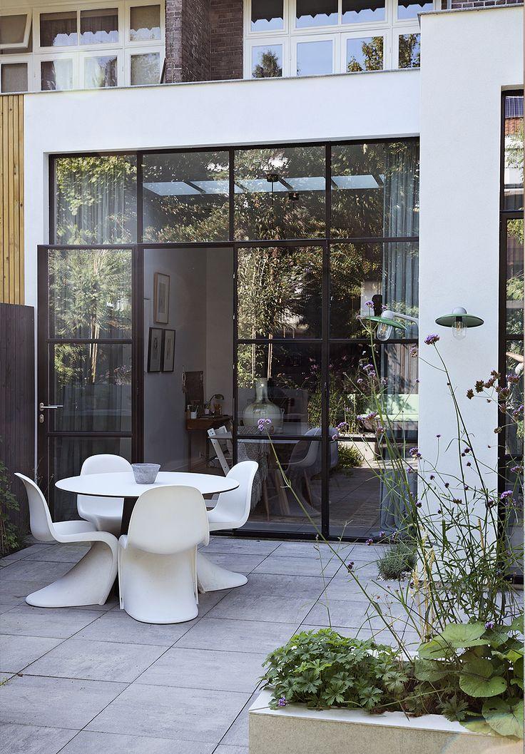 Deze strakke moderne uitbouw met zwart stalen pui gaat goed samen met een klassiek Amsterdams woonhuis.  Architect: BNLA architecten Fotografie: Dana van Leeuwen Uit: vtwonen 01-2017