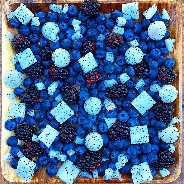 Grow & glow lean with this fruity smurf salad by rawvana