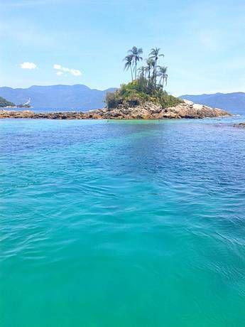 Igrejinha e águas transparentes na Ilha da Piedade, RJ, Brazil