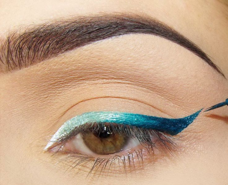 Ombré blue liner. And oooh girl, that eyebrow! Perfection