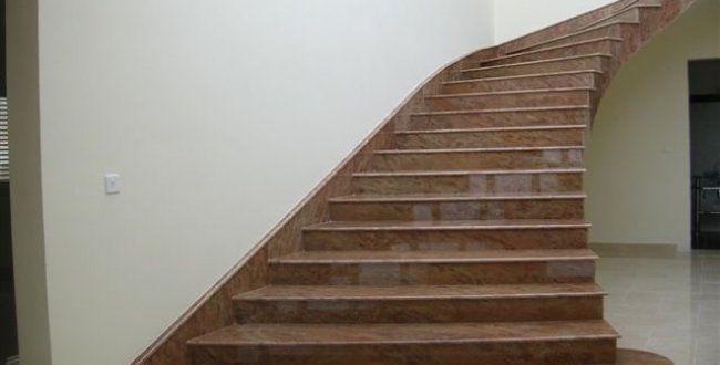 Escada residencial com acabamento em granito marrom