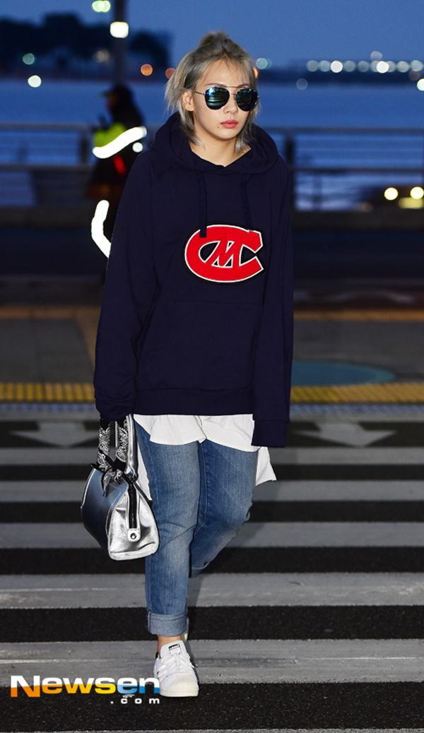 CL. 2NE1. Airport fashion. Streestyle. Sweater and ripped jeans.