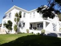 5 bedroom House for rent  in  Fresnaye from R8 250 per day. The house has been tastefully and extensively renovated with modern furniture and designed with a family in mind.