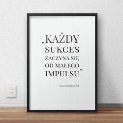 """Plakat z cytatem trenerki Ewy Chodakowskiej """"Każdy sukces zaczyna się od małego impulsu"""""""