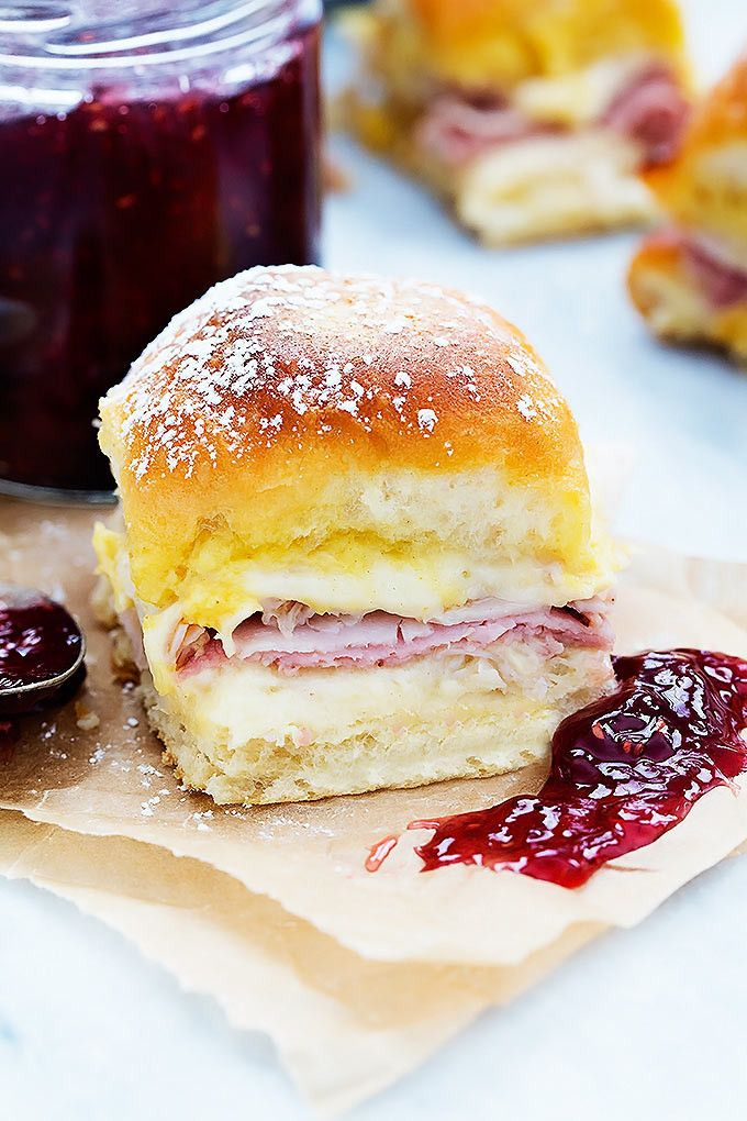 These easy baked monte cristo sliders are absolutely addictive and an instant crowd pleaser - perfect for parties! | Creme de la Crumb