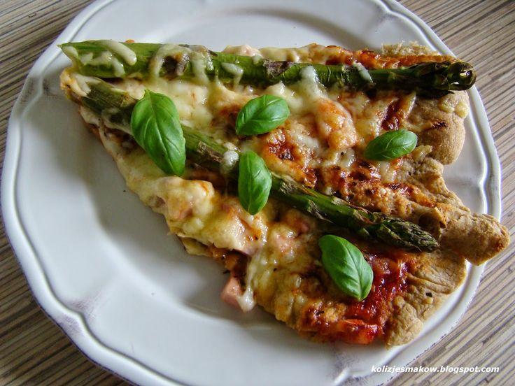 Domowa pizza na mące pełnoziarnistej ze szparagami.