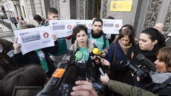 El Sindicato de Estudiantes (SE) ha anunciado hoy la convocatoria de una huelga del alumnado los días 25 y 26 de este mes en institutos y universidades en rechazo al real decreto que flexibiliza la duración de los grados (entre 3 y 4 años) y másteres (entre 1 y 2 años). http://www.laverdad.es/murcia/sociedad/educacion/201502/03/sindicato-estudiantes-convoca-huelga-20150203115009-rc.html