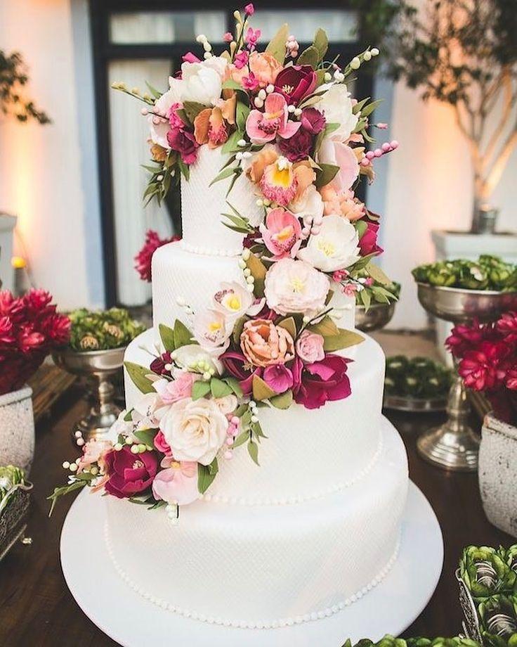 Bom dia amores! Um bolo clássico com flores marsala e rosa chá ( que a gente ama de paixão) pra começar sua segunda cheia de inspiração