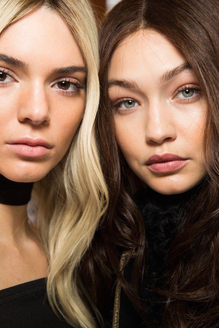 Bij Balmain werden de modellen omgetoverd tot hun alterego met pruiken gecombineerd met lichte make-up - De 10 meest opvallende beautylooks recht van de catwalk in Parijs en Milaan