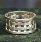 ringen, creolen, oorbellen, met een open structuur. Geweven, golvend of kronkelend, gemaakt van zilver, geel goud met edelstenen, topaas, ioliet, amethist, aquamarijn, diamant