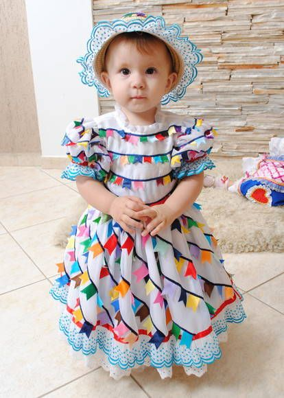 Vestido de bandeirinhas de fitas.  Vestido com anágua, chapéu ou arranjo para cabeça R$ 450,00