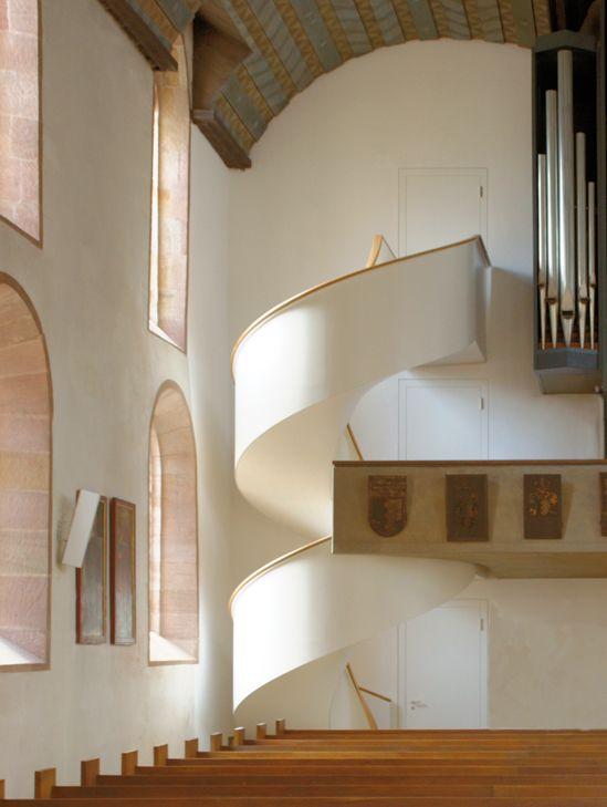 Spindeltreppe von spitzbart treppen, Kirche St. Jakobs in Nürnberg, Treppe, designtreppe, geschlossene Treppe,  innentreppe, Holzstufen, Stufen aus Holz, weiß, gebogener Holzhandlauf