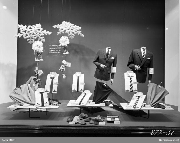 Skyltfönster på Nordiska Kompaniet 1956. Julskyltning. Kavajer, skjortor, slipsar och tröjor för junior.