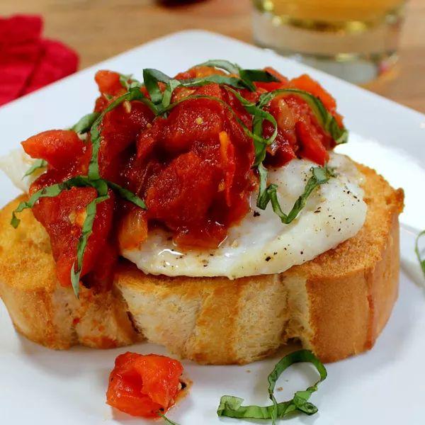 Bruschetta di baguette con baccalà in olio-cottura all'aglio rosso
