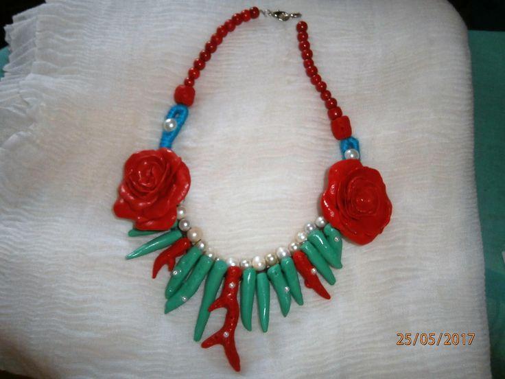 ROSE E CORALLI Collana in argilla polimerica, rossa e turchese, con 2 rose e coralli rossi e turchesi di PaTrieste su Etsy