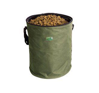 De praktische Hubertus Gold voedselcontainer houdt het hondenvoer fris en droog, zelfs tijdens lange reizen. Slijtvast en eenvoudig te reinigen. Met verstelbare draagriem te bevestigen. Materiaal: Nylon Afmetingen: ongeveer 34 cm  Capaciteit: ongeveer 10 kg droogvoer.  Kleur: groen