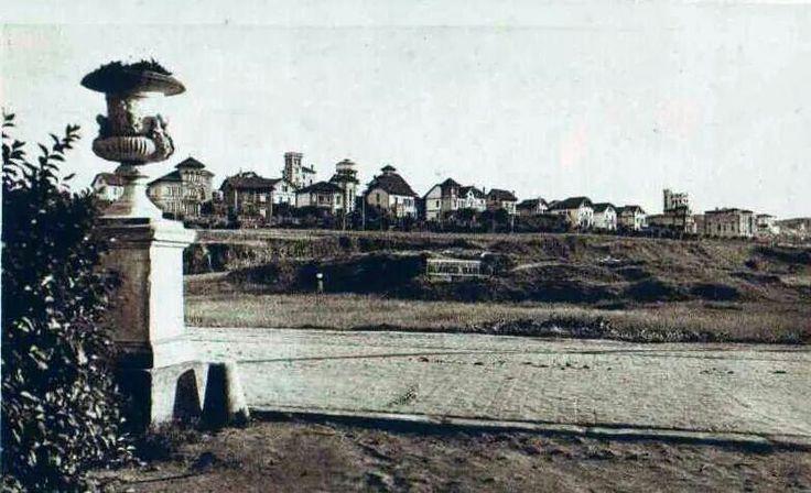 Ciudad Jardín, anterior a la construcción del Estadio de Riazor. Al fondo, el antiguo depósito de agua.