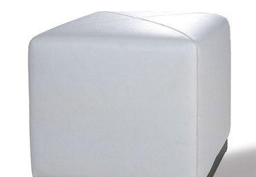 Pouff white, LESS IS MORE HOME. Struttura in legno massello; imbottitura in espanso; base in betulla massello, laccato nero; rivestimento in pelle italiana.