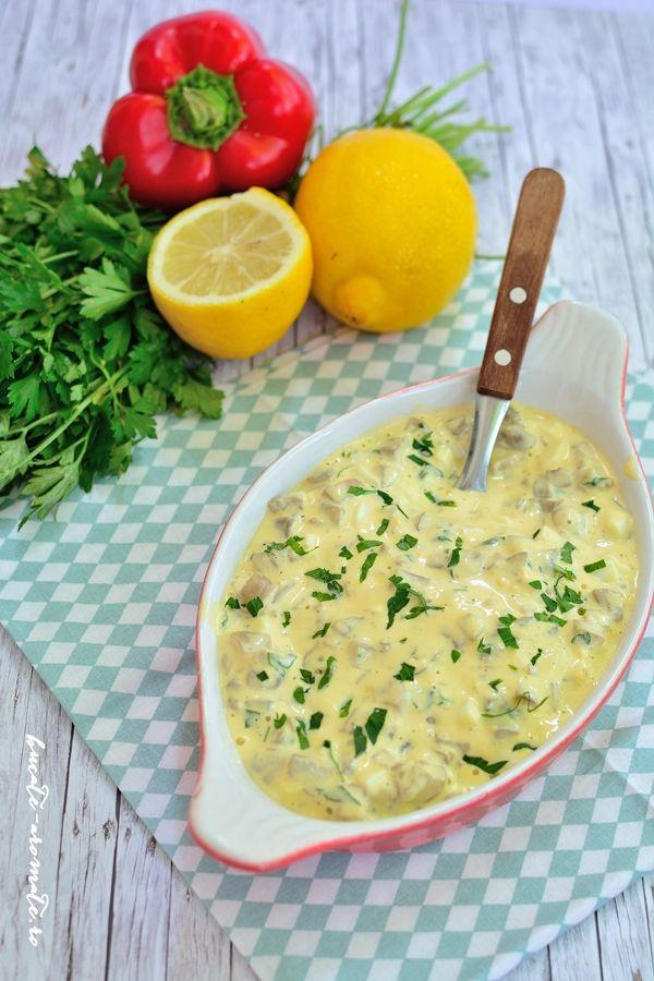 Ciuperci cu maioneza si usturoi, un aperitiv gustos, si atat de usor de facut! Se poate servi la orice masa a zilei, cu paine prajita sau pe felii de ardei.