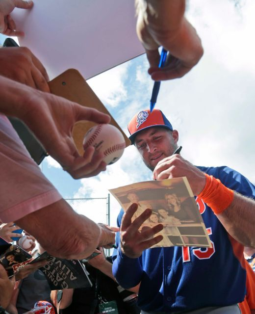 Tim Tebow signs autographs for fans, Tuesday, Sept. 20, 2016, in Port St. Lucie, Fla.