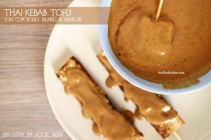 Thai kebab tofu! E o delicioso molho tailandês de amendoim.