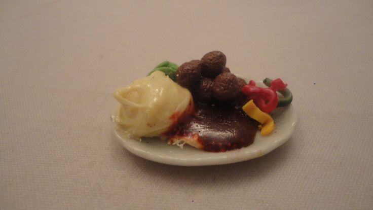 Köttbullar med potatismos/lingonsylt mm skala 1:12 Dockskåp