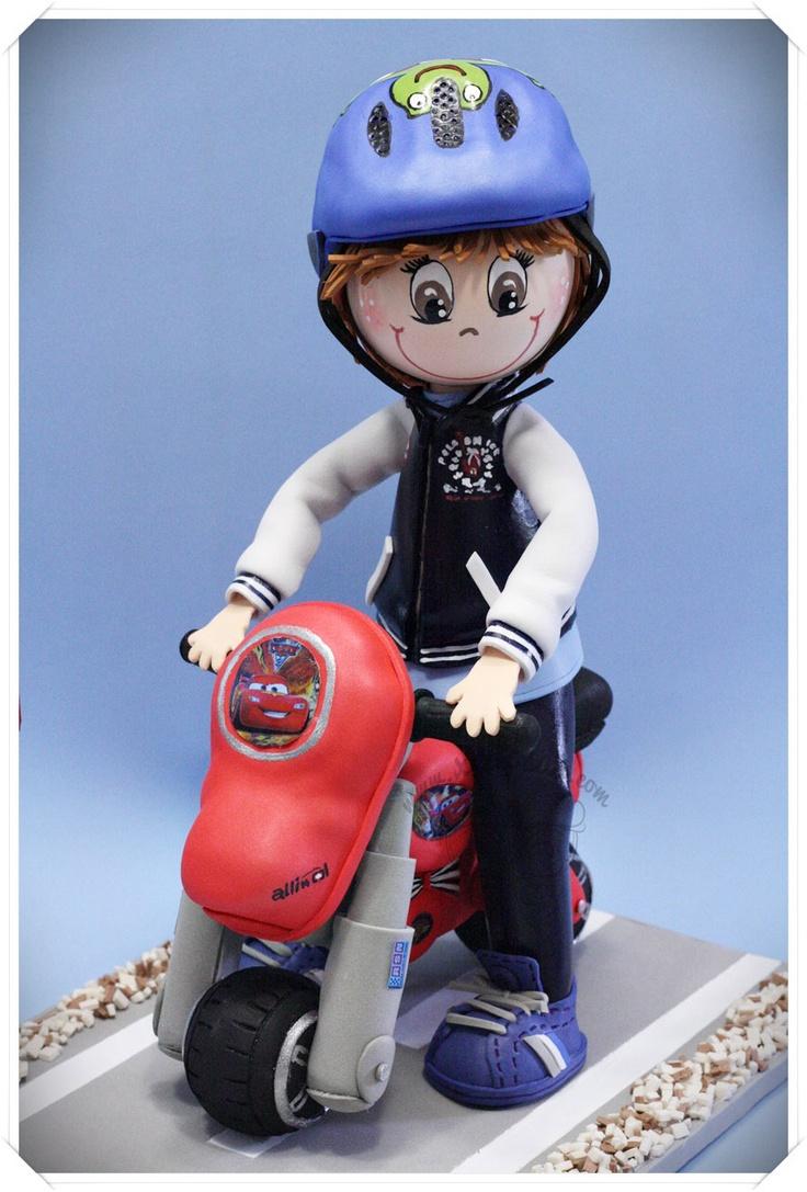 Fofucha con moto, casco y peana decorada con nombre. Toda su ropa y calzado personalizado en goma eva. www.xeitosas.com/