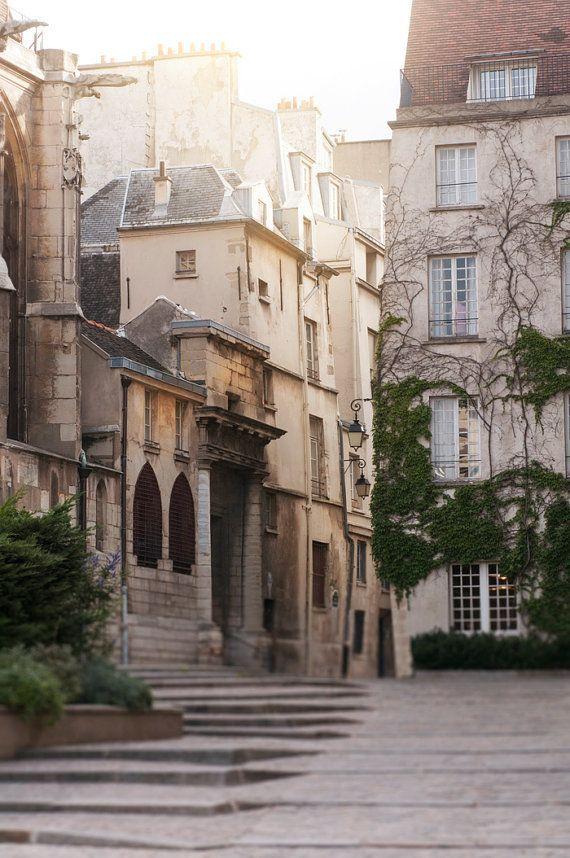 Rue des Barres, Le Marais, Paris.                              … …